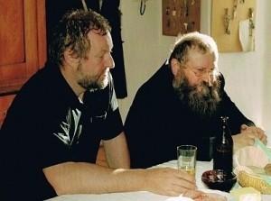 Cornelius Richter und Hermann Nitsch bei einer Jause während ihrer Zusammenarbeit